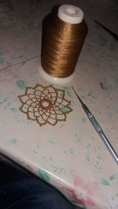 Crochet Granny, Crochet Motif, Crochet Designs, Crochet Top, Yarn Crafts, Diy And Crafts, Crochet Snowflakes, Millinery Hats, Crochet Bracelet