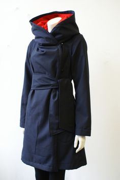 Merry Go Round  Mantel PRINCESITA - this coat is very close to the perfect raincoat I've created in my head.  Get rid of the belt, make it water resistant, and we're in business!  I love the cowl hood.