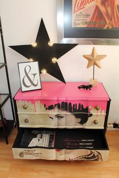 This chest of drawers from the has received a 180 degree change from the inside to the outside. It is inspired by Coco Chanel Art Furniture, Graffiti Furniture, Funky Painted Furniture, Reclaimed Furniture, Repurposed Furniture, Furniture Makeover, Pop Art Decor, Decoration, Ideas Hogar