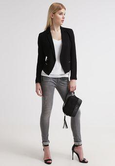 Edler schwarzer #Blazer von #Even&Odd. Ob zu einer #Hose, einem #Rock oder einem Kleid - dieser Blazer sieht immer gut aus! ♥ ab 34,95 €