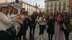 amigas de la novia tocan las palmas en una divertida despedida de soltera en Madrid