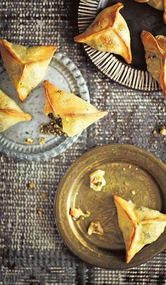 Fatayer, feta-pinaattipiiraat - Alkuruuat - Reseptit - Helsingin Sanomat I Want To Eat, Plates And Bowls, Feta, Palak Paneer, Finger Foods, Camembert Cheese, Ethnic Recipes, Quiches, Clay