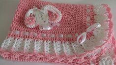 Manta de ganchillo o afgano y botines rosa blanco de bautizo, bautizo, manta de ganchillo bebé niña Granny Square, regalo