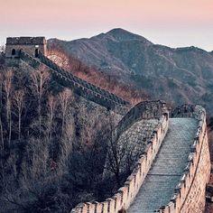 En mundo es muy vasto y el tiempo muy corto: viaja.  | Promenade en la muralla China | : @nicanorgarcia
