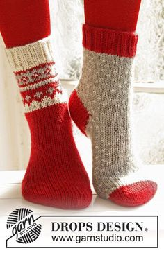 "Twinkle Toes – Knitted DROPS Christmas socks with pattern from ""Karisma"". Size 22 – – Free oppskrift by DROPS Design Drops Design, Knitted Slippers, Crochet Slippers, Knit Crochet, Knitting Patterns Free, Free Knitting, Crochet Patterns, Free Christmas Knitting Patterns, Knitted Socks Free Pattern"