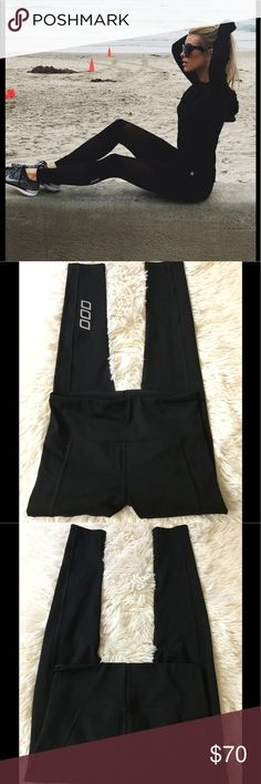 💕Lorna Black Active Compression Tight 💕 💕Black Active Compression Tight RRP$107.9 Give yourself the feeling of fit when you put these high rise tights on! Feel the Core Stability power mesh inside the waistband designed to give you added support during your workout. You can never have enough pairs of classic black tights from Lorna Jane. 💕 Lorna Jane Pants Leggings