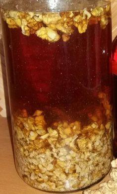 Likér z jader vlašských ořechů patří mezi TOP mých oblíbených, dámských, chuťově vyvážených bylinkářských počinů. Ořešák královský obsahuje spoustu léčivých látek - od listů, oplodí, zelených nezralých slupek, zralých skořápek až po plody - to jen malá poznámka pro ty, kteří mají pocit, že ořech není bylinka. Plod ořešáku obsahuje: minerály a stopové prvky, např.… Easy Dinner Recipes, Sweet Recipes, Easy Meals, Healthy Drinks, Healthy Eating, Healthy Recipes, Heath Tips, Canned Meat, Home Canning