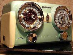 Vintage Bakelite Radio by Crosley Radio Vintage, Vintage Tv, Vintage Antiques, Radio Record Player, Record Players, Retro Radios, Art Deco, Vintage Television, Old Time Radio
