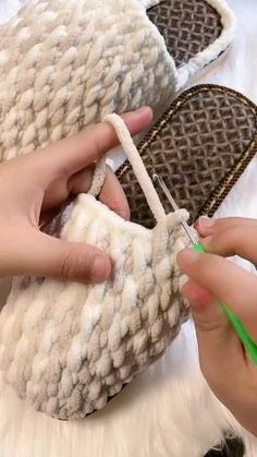 Crochet Bag Tutorials, Crochet Stitches For Beginners, Crochet Videos, Crochet Crafts, Easy Crochet, Crochet Projects, Diy Crochet Slippers, Crochet Boots, Crochet Clothes