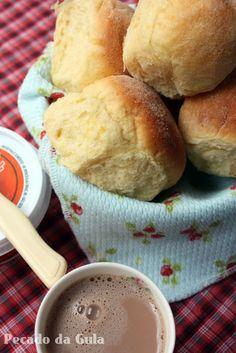 Pão Doce de milho 4 ovos 1 lata de leite condensado 1 lata de milho verde escorrida 1 xícara de leite morno 2 colheres (sopa) de leite em pó 4 colheres (sopa) de manteiga ou margarina uma boa pitade de sal (usei 1 colher de sopa rasa) 20g de fermento seco para pão (usei 60g de fermento fresco para pão) cerca de 1 kg de farinha de trigo 1 gema de ovo para pincelar fubá mimoso para polvilhar