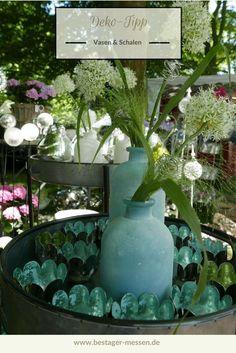 Sommer Deko-Tipp: Vasen in türkis lassen sich super mit Teelichthaltern kombinieren, die farblich dazu passen. Grün ist zum Beispiel sehr harmonisch. In dieser Deko-Idee fungieren die Teelichter als Schwimmkerze. Dazu ein Schilf oder oder Gras kombinieren – fertig ist der Sommer-Dek-Look für den Garten.