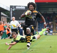 Wasps' Ashley Johnson sprints away for their first try