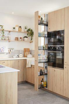 Lieu de convivialité par excellence, surtout quand elle est ouverte, la cuisine doit avant tout être bien équipée, ergonomique et disposer de nombreux rangements. Mais comment lui donner un style unique et harmoniser mais aussi fonctionnel et pratique ? Il suffit d'une dominante de blanc et de bois clair, de touches minérales et d'étagères décoratives pour inscrire la cuisine dans une ambiance nature et zen qui transforme tout l'espace. Découvrez comment aménager cette cuisine chaleureuse. Kitchen Room Design, Furniture Inspiration, Home Staging, Home Kitchens, Interior Decorating, Sweet Home, New Homes, House Design, House Styles