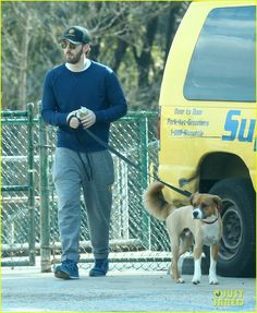Chris Evans Spends His Day Off at the Dog Park: Photo Chris Evans enjoys his day at the dog park with his cute pup on Friday afternoon (January in Hollywood. Robert Evans, Chris Evans Kiss, Chris Evans Haircut, Chris Evans Funny, Scott Evans, Funny Interview, Chris Evans Captain America, Strip, Marvel Actors