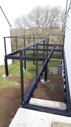 Metal structure for raised wooden terrace - Grill - Terrace Design, Deck Design, Diy Pergola, Diy Patio, Pergola Ideas, Terrace Grill, Decks, Metal Deck, Grill Door Design