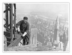 Old photo: Construction of the Empire State Building. The Empire State Building was built in 1929 - On the right there is a Chrysler building built just before the Empire State Building i. Empire State Building, Chrysler Building, Old Pictures, Old Photos, Iconic Photos, Rare Photos, Time Pictures, Funny Pictures, Lewis Wickes Hine