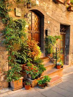 Imagina estar sentada en esas gradas, con unos shorts blancos, una camiseta blanca y unas sandalias. A media tarde, el cielo de color rosado con lila, el calor acogedor después de un largo día de verano. Es solo una fotografía, pero te puede hacer imaginar las mas bellas historias en los mas hermosos lugares de Italia.