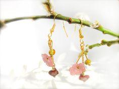 *OSTERN* Ostern* OSTERN*    Süße, goldene Ohrringe mit Häschen, passend zum bald kommendem Frühling! Die Häschen werden von einer zarten Blüte und ...