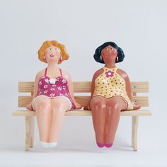 Coloré papier mâché Art Sculptures, deux femelles étagère Sitter Figurines assis sur un banc en bois (banc est gratuit avec achat)