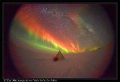 Estamos tan acostumbrados a oír hablar de las auroras boreales, que cuando uno llega aquí, al Sur, tienen que corregirle varias veces hasta que aprende que las auroras en este sitio se llaman australes. Boreal=Norte, Austral=Sur. Las auroras son un fenómeno atmosférico fascinante. Desde el punto de vista científico, siguen guardando ciertos secretos y el Polo Sur es un buen lugar para estudiarlas. La explicación rápida es que las tormentas solares emiten partículas cargadas (plasma) que ...