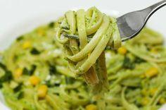 No pierdas la oportunidad de preparar pasta verde para la hora de la comida, esta fácil receta de espagueti con crema poblana, pollo y elote, ¡exquisita!