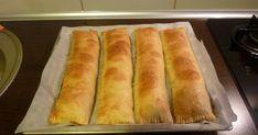 Ingrediente:   1 pachet de aluat de foietaj de la Morarita (contine 2 buc. aluat)   1 kg. mere   3 ling de zahar   1/4 lingurita scortiso... Hot Dog Buns, Hot Dogs, Food And Drink, Bread, Sweets, Brot, Baking, Breads, Buns