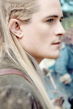 Orlando Bloom really  DOES rock the  long blond hair elf look.  He's sssmokin' hot here :D ! April 13, 2017.