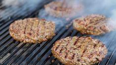 Hamburger di carne alla griglia, cottura degli hamburger americani