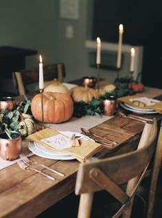 Learn the tricks to making your Thanksgiving table gorgeous this holiday. Thanksgiving Table Settings, Thanksgiving Tablescapes, Holiday Tables, Friendsgiving Ideas, Thanksgiving Decorations, Thanksgiving Traditions, Thanksgiving Parties, Autumn Decorating, Fall Decor