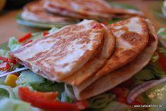Goda quesadillas fyllda med skinka, ost och salsasås - 7 Smartpointsoints /st Jag har använt mediumstorleken på tortillabröden (4 smartpoints), fyllt varje bröd med 2 skivor rökt skinka (1 smartpoints), 2 ostskivor 17 % (2 smartpoints), 1/2 msk salsasås (0 propoints) och röd spetspaprika. Varje Quesadilla är 7 smartpoints.