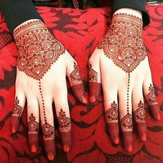 Simple Mehendi designs to kick start the ceremonial fun. If complex & elaborate henna patterns are a bit too much for you, then check out these simple Mehendi designs. Dulhan Mehndi Designs, Mehandi Designs, Mehndi Designs For Girls, Modern Mehndi Designs, Mehndi Design Images, Beautiful Henna Designs, Latest Mehndi Designs, Tattoo Designs, Beautiful Mehndi