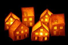 These felt mini houses would be a wonderful decoration for the winter holidays.