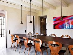 MINIS AND IN HILERA A very fashionable resource, ideal for achieving uniform light across the surface of an extra-long table. On this occasion, they are lamps with diffusers in recycled steel corten, matching the finishes of the furniture. On the wall, a photo of Michael Banks.