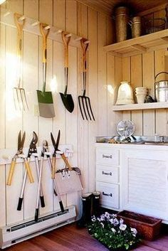 This blog is in Portuguese, but the photos say it all!  Lots of good ideas for organizing garden sheds and/or garden greenhouses.  I now have shed envy! #gardentools #sheddesigns #shedtypes