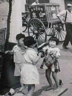 「ままごとから喧嘩 東京、浅草」(田沼 武能:1955年) Old Pictures, Old Photos, Vintage Photos, Japanese History, Asian History, Japan Photo, Vintage Photography, Historical Photos, Vintage Advertisements