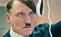 """Adolf Hitler si materializza nel 2014 a Berlino. Riuscirà a riconquistare il cuore dei tedeschi? La nostra recensione del film """"Lui è tornato""""."""