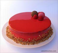 Bizcocho de Te con dos mousses (de chocolate y frambuesa) con glaseado rojo…