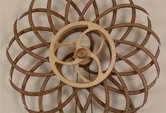 L'artiste américain David C. Roy conçoit des sculptures cinétiques en bois qui créent des illusions d'optique lorsqu'elles sont en rotation et qui tournent toutes seules pendant des heures grâce à des systèmes de ressorts à remonter extrêmement efficients.