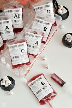Entertain guests at your Halloween party with these blood bags! This red Halloween Drink (non-alcoholic) is perfect for filling fake I. Creepy Halloween Food, Halloween Drinks, Halloween Desserts, Halloween Food For Party, Halloween Decorations, Costume Halloween, 50s Costume, Hippie Costume, Halloween Recipe