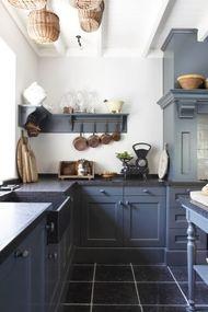 mooie grijze keuken. Erg landelijk