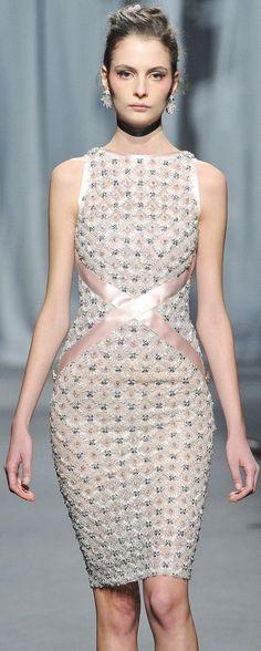 """Transforme o seu vestido """"tubo"""" com fita de cetim, observe a figura, ficar sensual e muito elegante."""