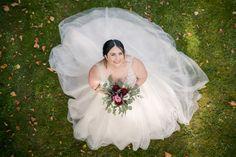 Für das Fotoshooting beim Schloss Mirabell von Roxana & Patrick war ich natürlich wieder auf der Suche nach guten Fotospots. Hier habe ich Roxana von der Brücke aus fotografiert, die den Durchgang zum Spielplatz bildet. Eines meiner Lieblingsbilder. Roxana sieht traumhaft aus, das Brautkleid kann sich toll entfalten und die Farben, inklusive Lichteinfall, harmonisieren wunderbar. #weddingphotography #austria #salzburg #schlossmirabell #justmarried #weddingday #ourwedding #perfectwedding Girls Dresses, Flower Girl Dresses, Salzburg, Wedding Dresses, Flowers, Fashion, Playground, Wedding Photography, Flower Girl Gown
