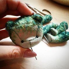 Скоро будет готова новая вышитая девочка среднего размера.. невероятный изумрудный и очень живописный оттенок получился у плюша.. вышивка должна смотреться шикарно ❤️❤️#тедди #теддик #теддимишка #теддимир #теддимишки #новыймишка #скороновый #мишка #мишенька #мишкатедди #bear #newbear #teddy #teddybear #вышивка