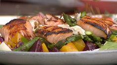 Øyvind Hjelle laget salat med rødbeter, gulbeter, asparges, laks, mozzarella og solsikkekjerner på Slottsplassen 17. mai.