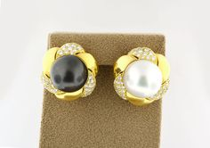 18K YELLOW GOLD WHITE AND BLACK PEARL WITH DIAMONDS FLOWER CHUNKY STUD EARRING