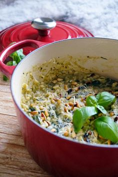 Risotto met spinazie en pesto - Focus on Foodies I Love Food, Good Food, Yummy Food, Quick Healthy Meals, Healthy Cooking, Vegan Risotto, Diner Recipes, Diner Food, Vegetarian Recipes