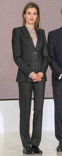 Today, Queen Letizia styled the suit with a new buttoned up silk shirt under her blazer. The shirt is the Hugo Boss 'Bedina' silk-blend blouse (£220). The long-sleeve blouse by BOSS has a Kent collar with stylish pintucks and silk trim on the concealed button placket. The 1-button cuff features a sleeve placket. Letizia accessorized with simple gold star stud earrings which I don't recall seeing previously. 28/1/2015