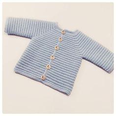 Hæklet jakke til baby/børn i helt enkelt design Str: 0-3 mdr (3-6 mdr) 6-12 mdr (12-18 mdr) 18-24 mdr Garnforslag: Baby merino fra Drops, Tynn merino fra Sand