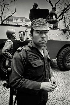 25 de ABRIL DE 1974-Alfredo Almeida History Of Portugal, 25 Avril, World Conflicts, Portuguese Culture, High Art, Portugal Travel, Popular Culture, Great Photos, The Past