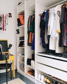 """Un dressing ouvert. Maxine et Maxwell ont récemment troqué leurs tringles à vêtements désordonnées dans leur chambre ouverte, contre deux armoires PAX ouvertes, avec tiroirs, tablettes et tringles. """"Cela a transformé l'espace"""", dit Maxine. """"Maintenant, le dressing est aussi apaisant que le coin chambre."""" A travers des photos avant/après, découvrez comment ils ont réorganisé leur dressing pour une routine quotidienne plus rapide, plus simple et plus agréable."""